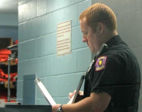 Photo 3: Police officer shows summerroutine