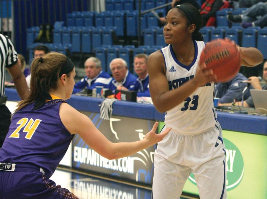 Senior+guard+Alece+Shumpert+plays+against+Western+Illinois+on+Dec.+2.+She+scored+a+total+of+6+points+during+this+game.