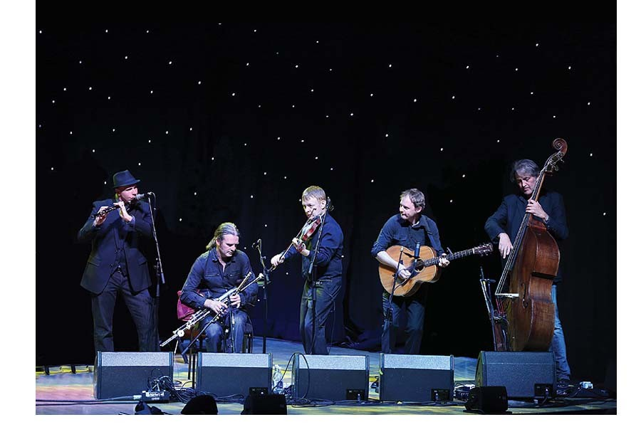 Renown+band+is+respected+for+producing+traditional+celtic+sounds.+L%C3%BAnasa+members+are%3A++Kevin+Crawford+%28flutes%2C+low+whistles+and+tin+whistles%29%2C+Trevor+Hutchinson+%28double+bass%29%2C+Ed+Boyd+%28guitar%29%2C+Colin+Farrell+%28fiddle+and+whistles%29%2C+and+Cillian+Vallely+%28uilleann+pipes+and+low+whistles%29.