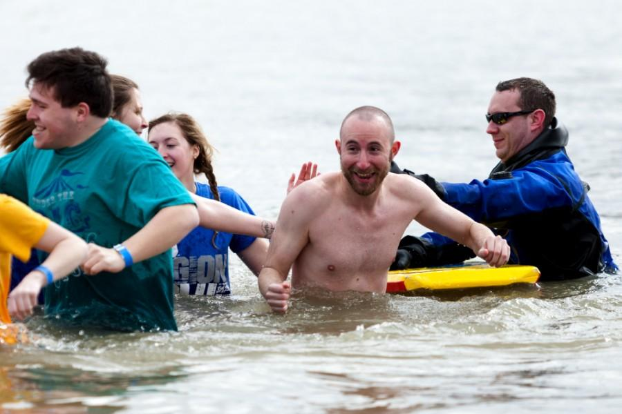 Andy+Doto%2C+associate+resident+director+of+Taylor+Hall%2C+plunges+with+other+hall+residents+during+the+Polar+Plunge+on+Saturday+at+Lake+Sara+near+Effingham.