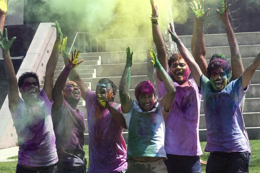 Students+celebrate+Holi+in+the+library+quad+Saturday.+