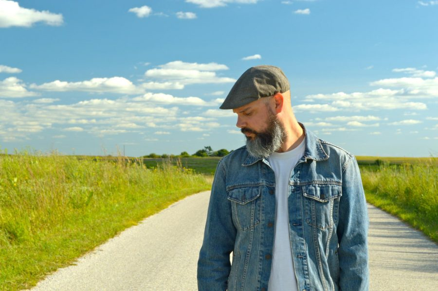Musician and one-man band Edward David Anderson will hit the stage as a one-man band at Macs Uptowner on Friday August 26, 2016 at 9:30 p.m.