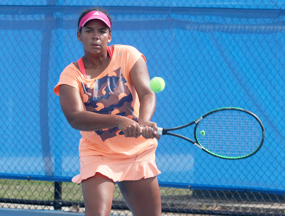 Freshman+Karla+Contreras+backhands+the+ball+to+sophomore+Stella+Cliffe+in+practice+Thursday+at+the+Darling+Courts.+Contreras+is+one+of+four+freshmen+on+the+women%E2%80%99s+tennis+team.