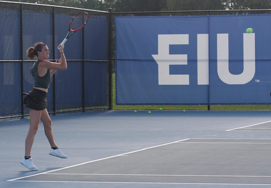 Senior+Abby+Carpenter+returns+a+hit+during+the+Eastern+women%E2%80%99s+tennis+team%E2%80%99s+practice+at+the+Darling+Courts+on+Aug.+31.