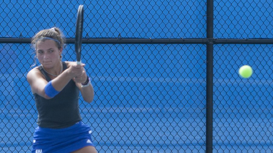 Eastern+freshman+Claire+Perez-Korinko+returns+an+opponent%E2%80%99s+shot+in+the+Eastern+Illinois+Fall+Invite+last+September+at+the+Darling+Courts.