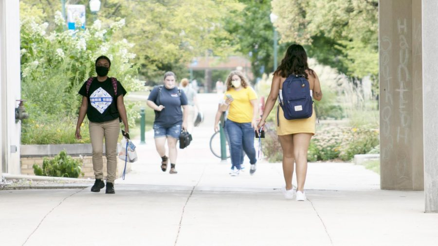 Several+students+walk+around+campus%2C+going+to+and+from+classes+on+Thursday+afternoon+as+the+first+week+of+classes+wraps+up.+