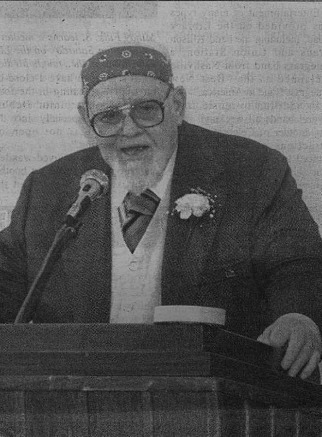 The legendary Burl Ives, perhaps Easterns most famous alumnus, tells a crowd at the Art Studio, which bares his name, that hes happy returning to his Central Illinois roots. Photo published in The Daily Eastern News April 30, 1990 issue.